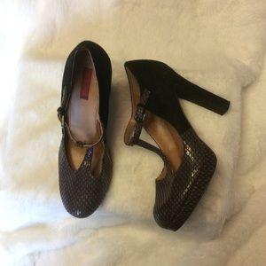 Stylish Blabk Heels with Faux Lizard Print. Sz 40.
